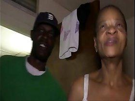 Granny velha com o peito amputado dando buceta pra negão